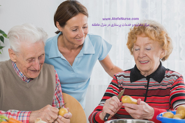 پرستار سالمند در حال مراقبت از آنها