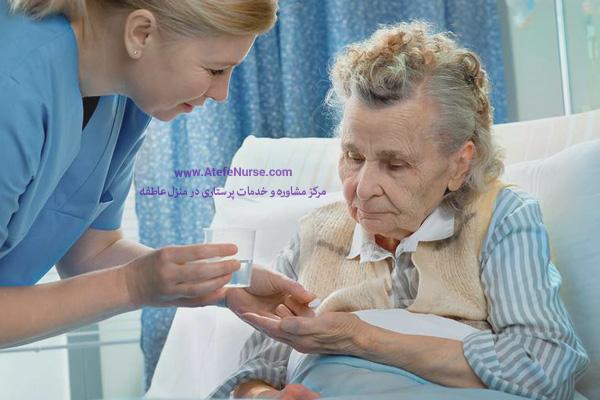 پرستار سالمند در حال دادن دارو