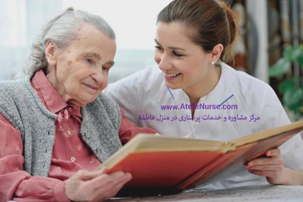 پرستار سالمند در منزل در حال کتاب خواندن