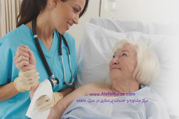 پرستار سالمند در حال مداوا